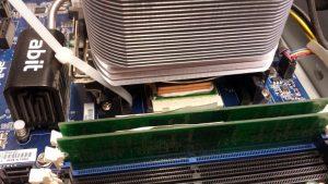Mit Kabelbindern am Mainboard befestigter Kühlkörper